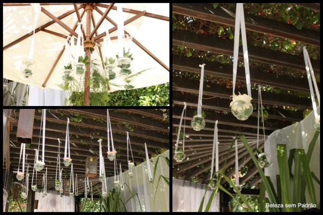Decoração: Vasos com flores na entrada da festa de casamento